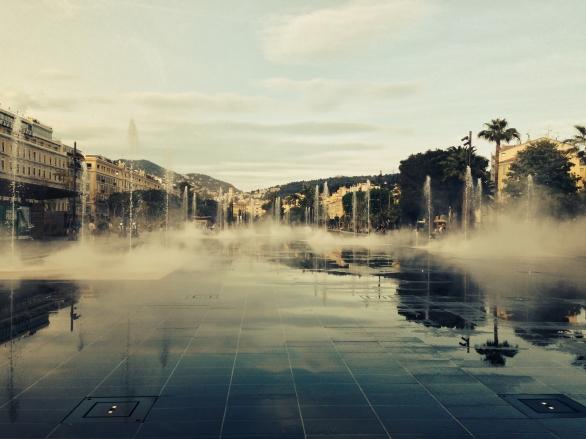 Miroir d'eau recouvert de brume Nice Coulée verte Promenade du Paillon