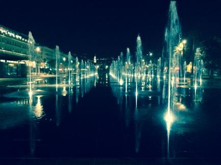Jets d'eau sur le miroir d'eau by night Nice Coulée verte Promenade du Paillon