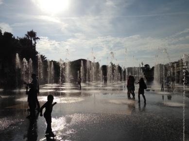 Enfants qui jouent dans les jets d'eau Nice Coulée verte Promenade du Paillon