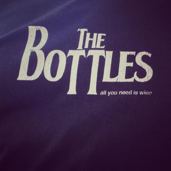 The Bottles All you need is vine - Le tee-shirt du serveur du Vin sur Vin rue Biscarra est bien ancré dans la culture française